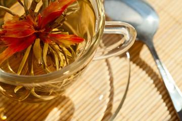 Зеленый чай в стеклянной кружке