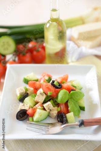 Salat aus Oliven, Gurken, Tomaten und Tofu