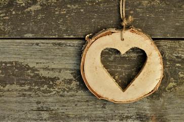 Baumscheibe mit ausgesägter Herzform