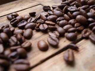 Kaffeebohnen auf Holzbrett