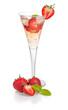 Aperitif mit Erdbeeren und Minze in einer Sektflöte