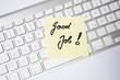 Post It mit Aufschrift Good Job auf Tastatur