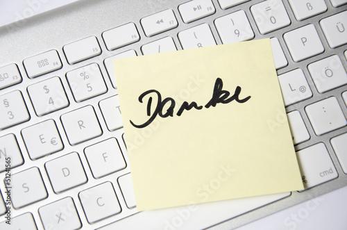 Post It mit Aufschrift Danke auf Tastatur