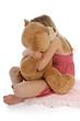 enfant triste cajolant un nounours