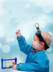 Малыш - ученый. Ребенок  занимается опытами