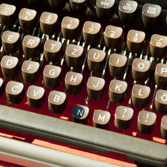 alte schreibmaschine - staubig auf einem flohmarkt