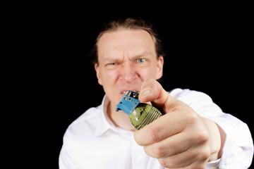 Ausgerasteter Mann mit Handgranate