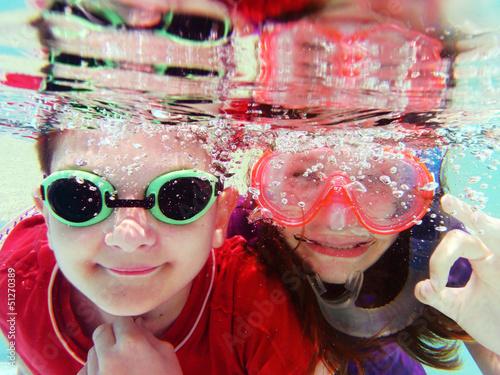 Enfants sous l'eau