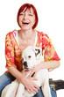 Lachende Frau mit jungen Hund