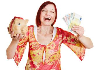 Erfolgreiche Frau mit Geldscheinen und Sparschwein