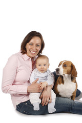 Glückliche Mutter mit Baby und Hund