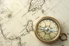 vieux compas sur la carte vintage 1732
