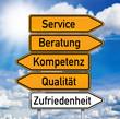 Wegweiser mit Service, Beratung, Kompetenz, Qualität
