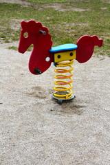 cavallo a dondolo nel parco divertimenti