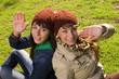 dos jovenes amigas saluc¡dando la cámara