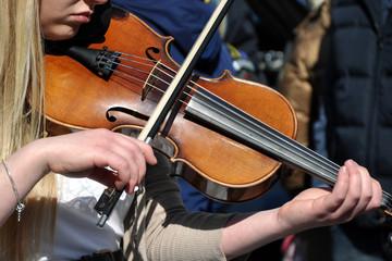 Eine Solistin mit Violine