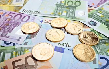 Goldmünzen und Euroscheine