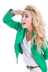 Attraktive selbstsichere Frau in Blond hält Ausschau