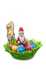 Osterkorb mit Schokohasen und Weihnachtsmann