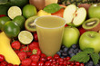 Frischer Saft aus grünen Früchten