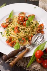 Spaghetti an Kräuterpesto und Tomaten