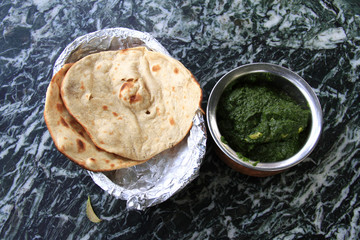 Indian cuisine: chicken in spinach gravy with naan