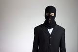criminale (ladro) con maschera che urla in giacca elegante