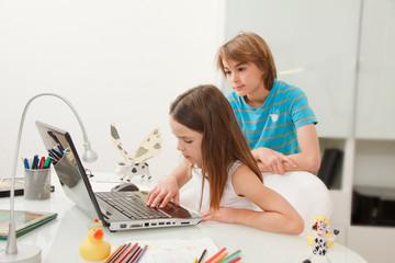 Kinder mit Notebook daheim