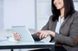 geschäftsfrau zeigt auf tablet-computer