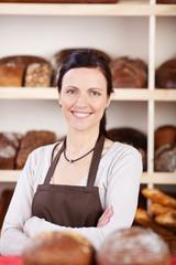 bäckereiverkäuferin mit verschränkten armen