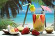 cocktail o succo di frutta in bicchiere sulla spiaggia