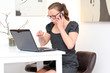Geschäftsfrau führt telefonische Besprechung