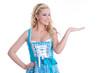 Blondine macht Werbung für das Oktoberfest im Dirndl
