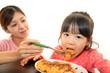 楽しく食事をする親子