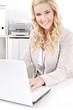 Hübsches blondes Mädchen im Büro