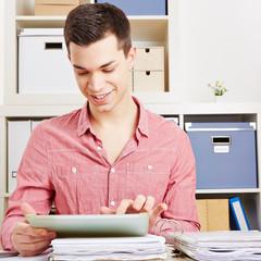 Schüler am Schreibtisch mit Tablet PC