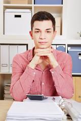 Portrait eines Mannes im Büro