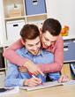 Schwules Paar auf Wohnungssuche mit Zeitung
