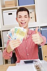 Mann mit Geldscheinen hält Daumen hoch