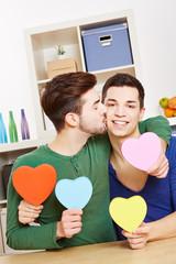 Schwuler Mann küsst Partner auf Wange