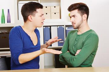 Zwei schwule Männer streiten sich