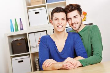 Portrait von einem jungen schwulen Paar