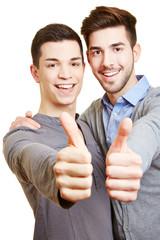 Schwules Paar hält die Daumen hoch