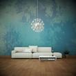 Sofa vor bunter Wand