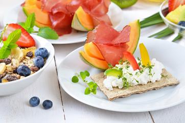 Gesundes Frühstück mit Früchten und Bio-Müsli