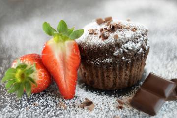 Mit Puderzucker bestäubter Schokoladenkuchen