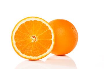 orange und halbe vor weissem hintergrund