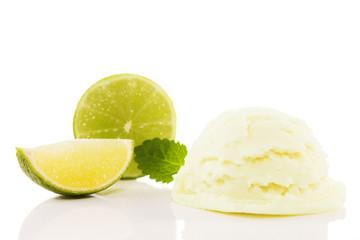 limonen eiscreme mit limonen früchten und melisse