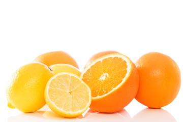 zitronen und orangen vor weissem hintergrund