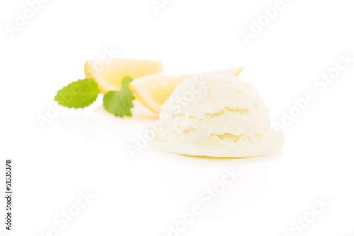 zitronen eiscreme mit zitronen und melisse im hintergrund
